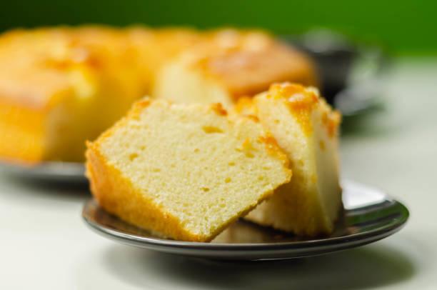 Porção de bolo de pão de anel madeira servido em um prato pequeno - foto de acervo