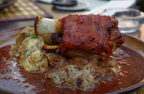 portion de jarret de porc rôti avec des boulettes - mi jambe photos et images de collection