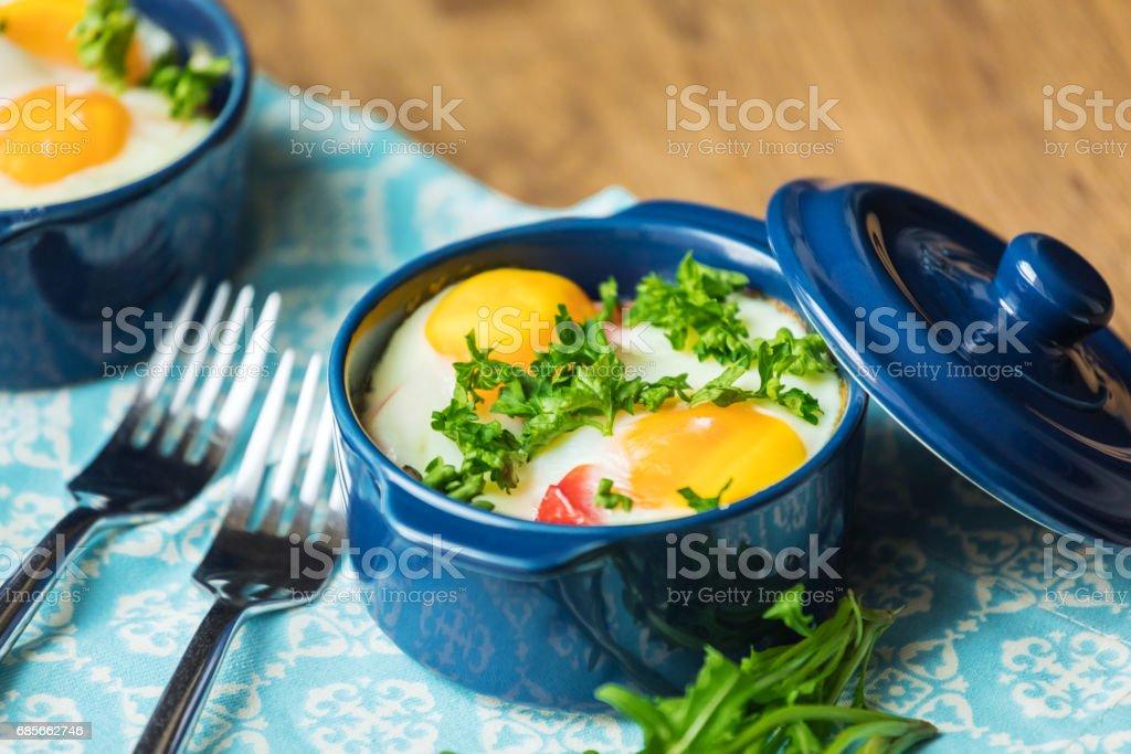 從蔬菜和雞蛋在義大利風格的起來配額的砂鍋。 免版稅 stock photo