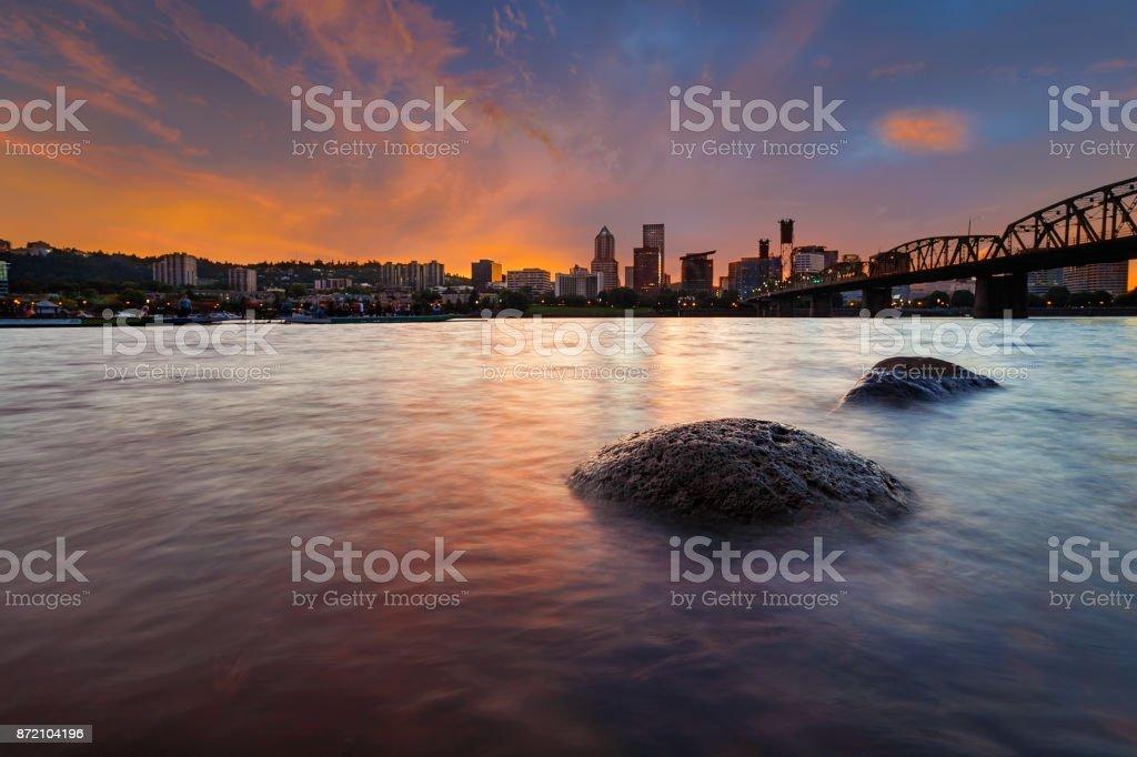 Skyline der Stadt Portland OR entlang Willamette River bei Sonnenuntergang USA Amerika – Foto