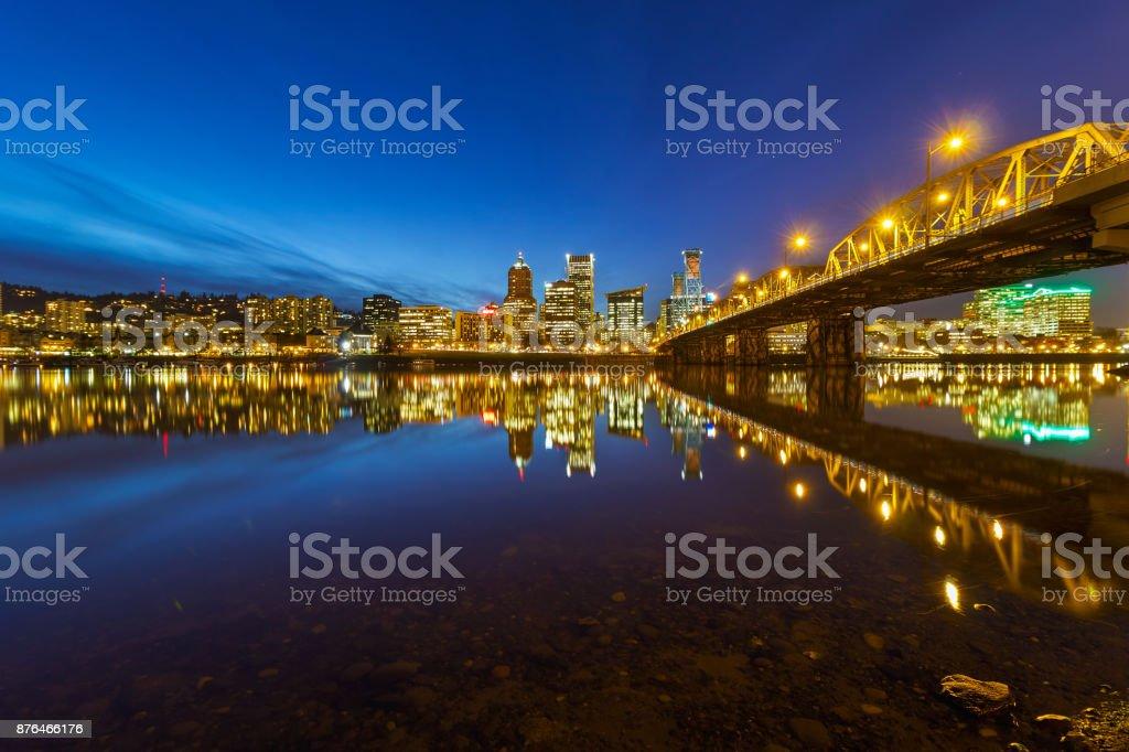 Portland OR Skyline der Stadt von Hawthorne Bridge am Abend blaue Stunde USA – Foto