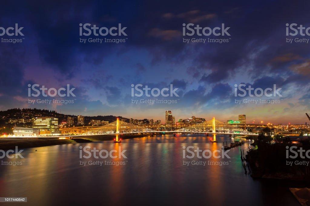 Portland OR Innenstadt Skyline von Susanne Kreuzung Brücke über den Willamette River bei Nacht – Foto