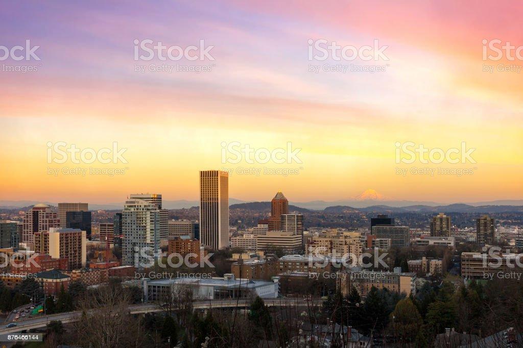 Portland OR Innenstadt Stadtbild mit Mt. Hood Blick auf Sonnenuntergang USA – Foto