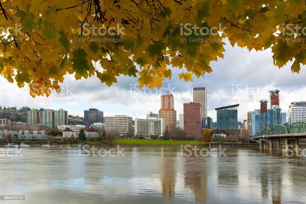 Skyline von Portland OR Innenstadt am Wasser unter Ahornbaum Herbst-Saison – Foto