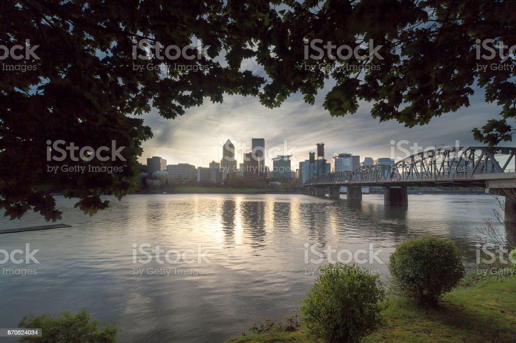 Portland OR Skyline unter dem Blätterdach der Bäume am Sonnenuntergang USA – Foto