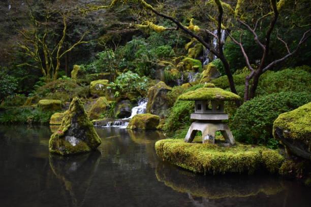 portland-zen-garten-szene - japanischer garten stock-fotos und bilder