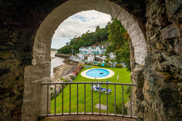 portmeirion seaside hotel and pool from a cave, penrhyndeudraeth, wales - caernarfon and merionethshire stockfoto's en -beelden