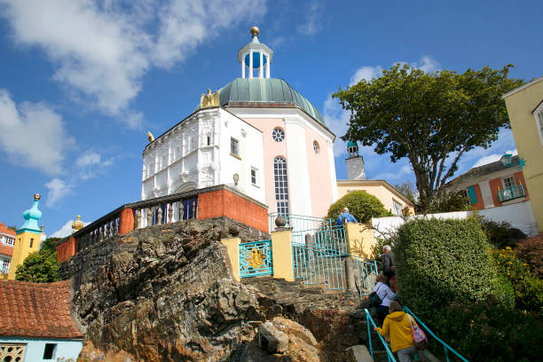portmeirion village-toeristen beklimmen de trappen om de prachtige architectuur te bekijken. - caernarfon and merionethshire stockfoto's en -beelden