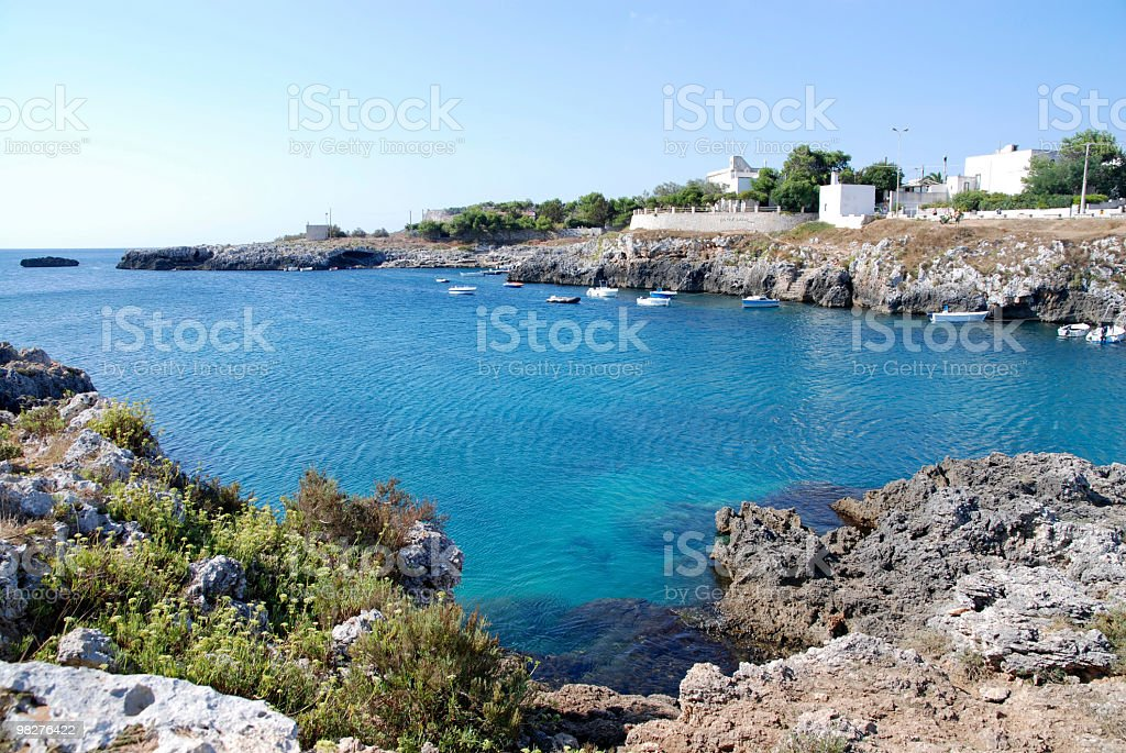 Porto Badisco, Italia, con la bellissima colori Mar Mediterraneo foto stock royalty-free