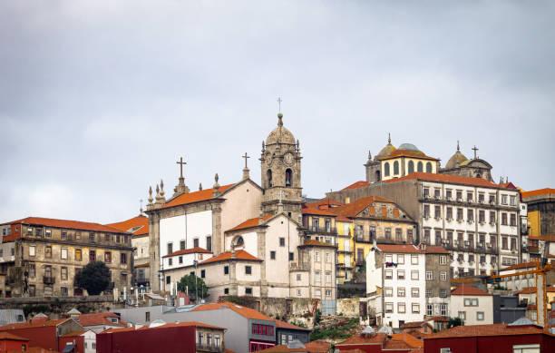 porto cityscape on a cloudy morning - rain clouds porto portugal imagens e fotografias de stock