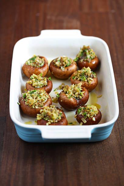portobello-champignons oder gefüllt mit käse und kräutern - gebackene champignons stock-fotos und bilder