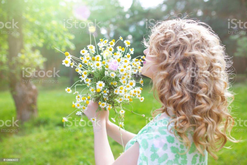 Portrait a girl with a bouquet – Foto