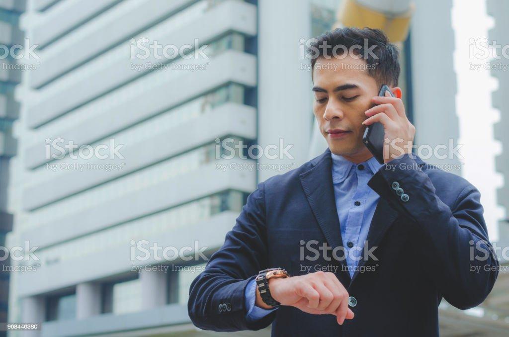 Retrato Atractivo Guapo Empresario Utilizando Smartphone