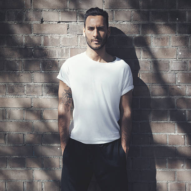 porträt, bärtiger mann mit tätowierung mit leeren weißen t-shirt-und - tatto vorlagen stock-fotos und bilder
