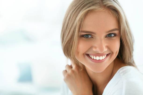 肖像美麗快樂的女人帶著潔白的牙齒微笑。美 - 白人 個照片及圖片檔