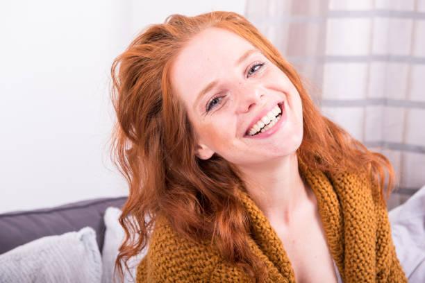 Porträt schöne rothaarige Frau in orange Strickjacke – Foto