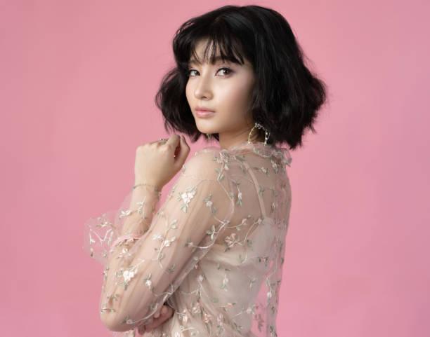 portret mooie vrouw aziatisch met schone huid, natuurlijke make-up, roze achtergrond - korea stockfoto's en -beelden