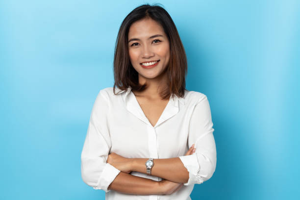 portrait business woman asian on blue background - ásia imagens e fotografias de stock