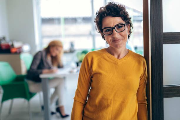 肖像商務婦女在辦公室 - 便裝 個照片及圖片檔