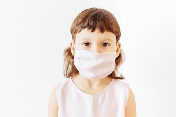 Porträt kaukasische kleine Mädchen tragen wiederverwendbare Stoff Gesichtsmaske – Foto