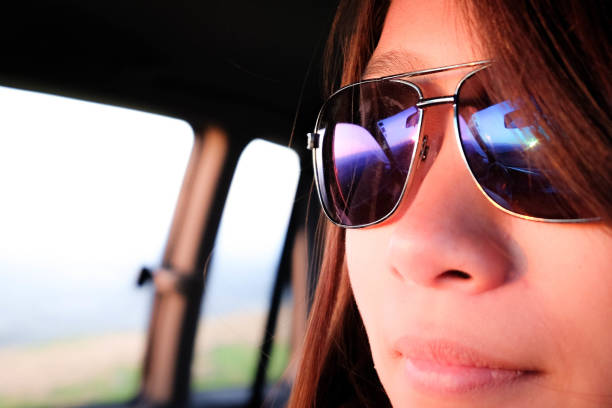 porträt nahaufnahme der jungen frau trägt blaue sonnenbrille - haar zitate stock-fotos und bilder