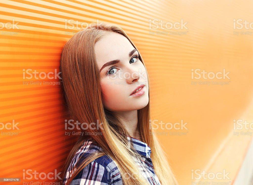 Porträt, Nahaufnahme, schöne junge Mädchen über farbenfrohe Hintergrund – Foto