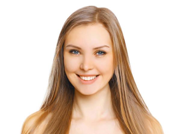 Porträt aus nächster Nähe schöne junge lächelnde Frau mit niedlichem Lächeln auf weißem Bakground isoliert – Foto