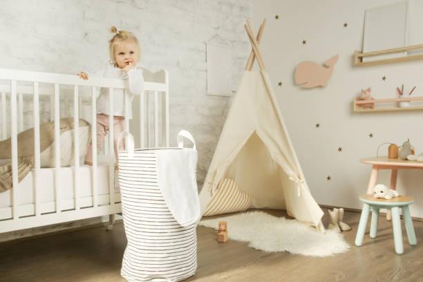 Porträt niedliche Baby Mädchen steht in der Krippe in ihrem Kinderzimmer – Foto