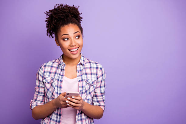 Retrato lindo interesado inspirado inspirado hipster utilizar la información de búsqueda del dispositivo leer blog blogger chatcones contemplar pensamientos hermoso a cuadros elegante camisa de moda top-knot aislado fondo púrpura aislado - foto de stock