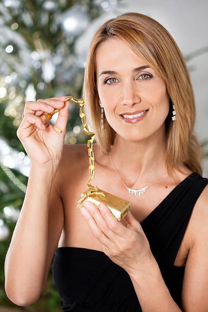 portrait de femme avec un cadeau de Noël stock photo