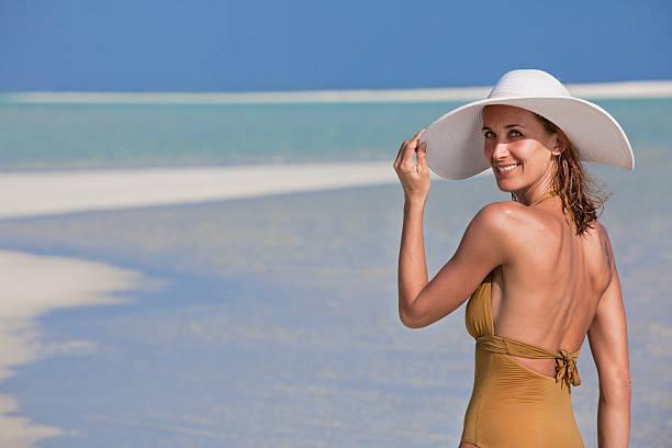 portrait de femme souriant à la plage stock photo