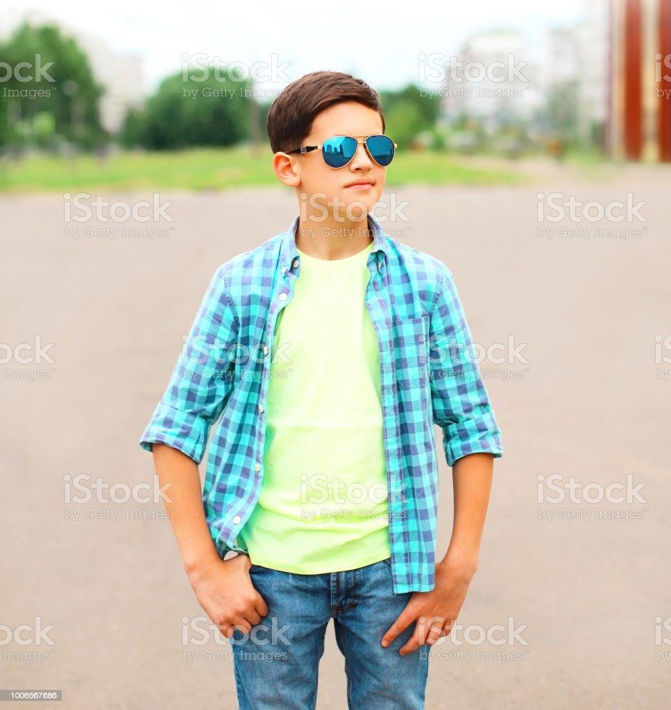 Portrait Photo Mode Adolescent Garçon Dans Droit Une De Libre SVMpzU