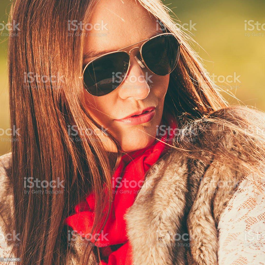Ritratto di ragazza rilassante a piedi nel parco autunnale. foto stock royalty-free