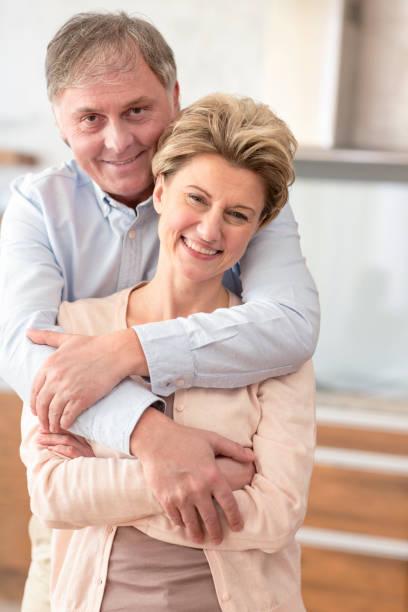 Porträt glückliches reifes Paar steht zu Hause – Foto