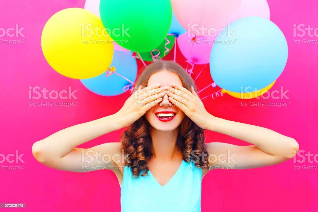 Retrato de feliz sonriente mujer esconde sus ojos con las manos que se  divierten sobre un 7be8aab9043