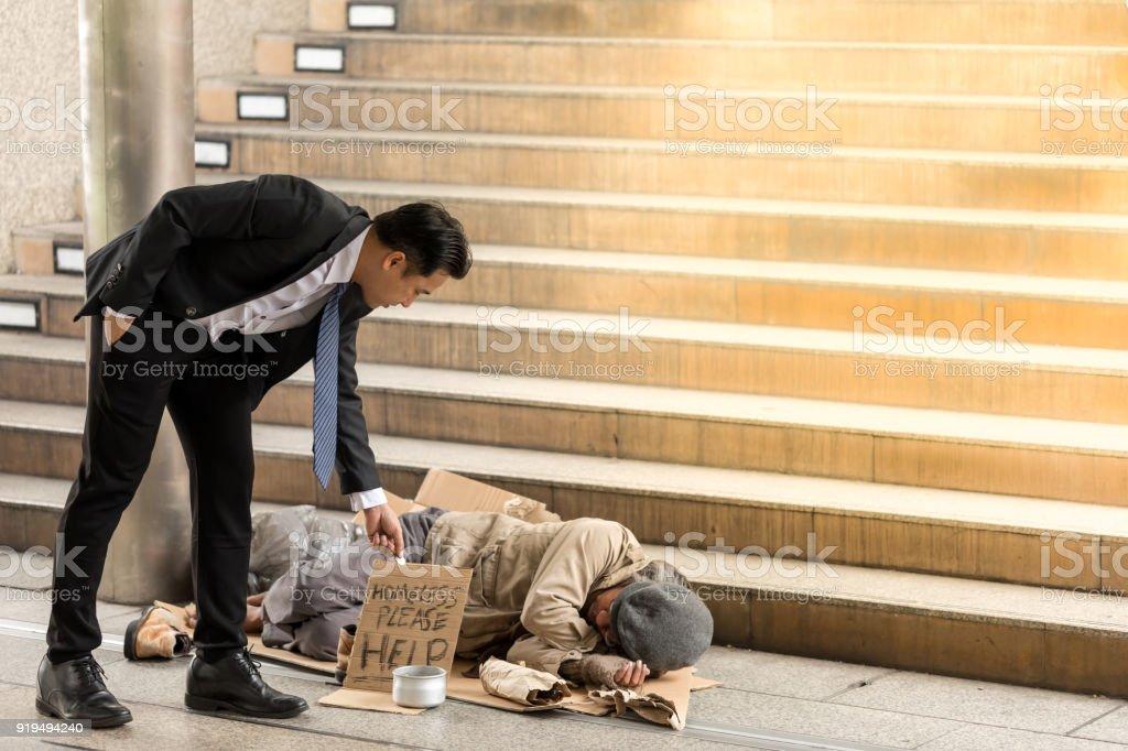 Portraitbild von Geschäftsleuten Holdinggesellschaft gibt Geld, ein reifer Obdachloser schlafen ist der. Leitende Person Hände betteln um Geld – Foto