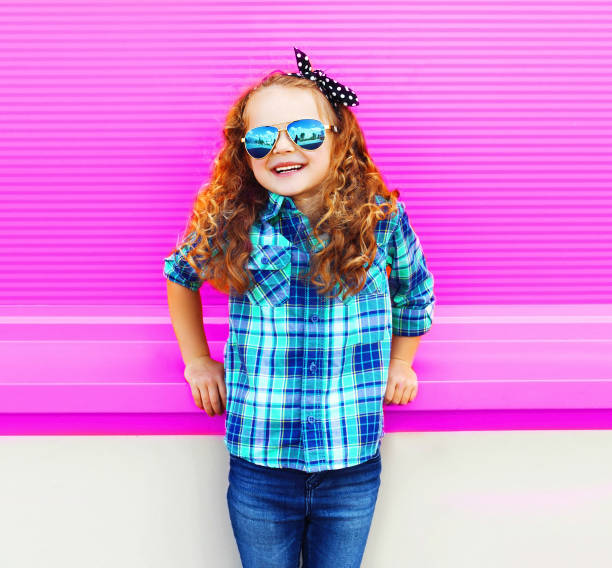 Portrait Mädchen Kind im karierten Hemd, Sonnenbrille auf bunte Wand rosa Hintergrund – Foto