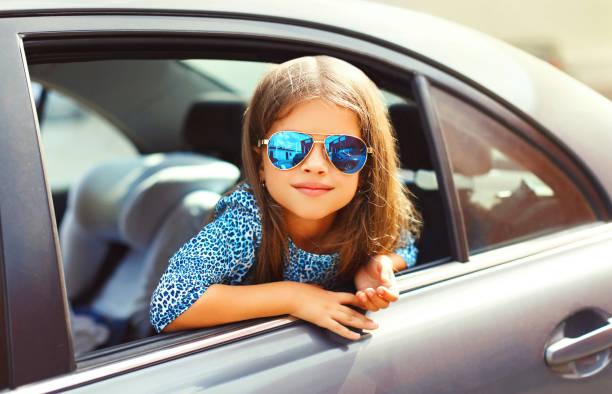 Portrait Mädchen Kind sitzt im Auto, Pkw sieht aus Autofenster – Foto