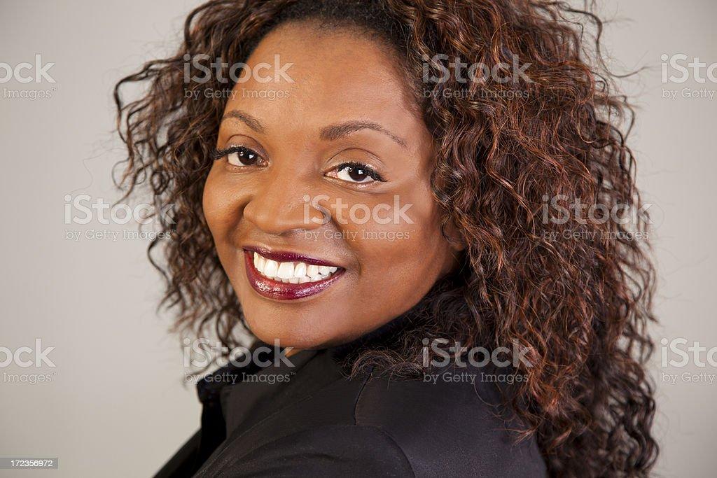 Retrato: Adorable confianza mujer con sonrisa mirando a la cámara. foto de stock libre de derechos