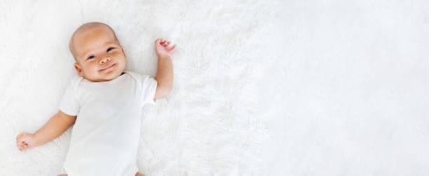 retrato recém-nascido bebê feliz sobre fundo branco, topview - bebê - fotografias e filmes do acervo