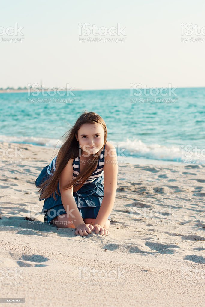 Portrait of 10-years old girl on the beach​​​ foto