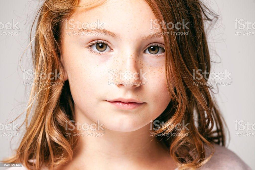 Portrait d'une jolie fille de 10 ans - enfant adolescent visage cheveux beauté plaisir yeux taches de rousseur - Photo