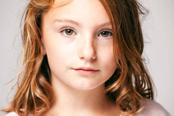 Porträt von einem hübschen Mädchen 10 Jahre alt - Kind Teenager Gesicht Haare Schönheit Spaß Augen Sommersprossen – Foto