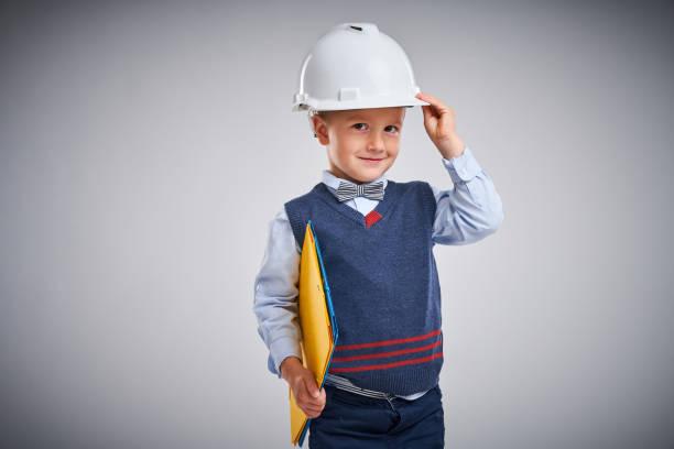 Porträt eines 4-jährigen Jungen posiert über weiß – Foto