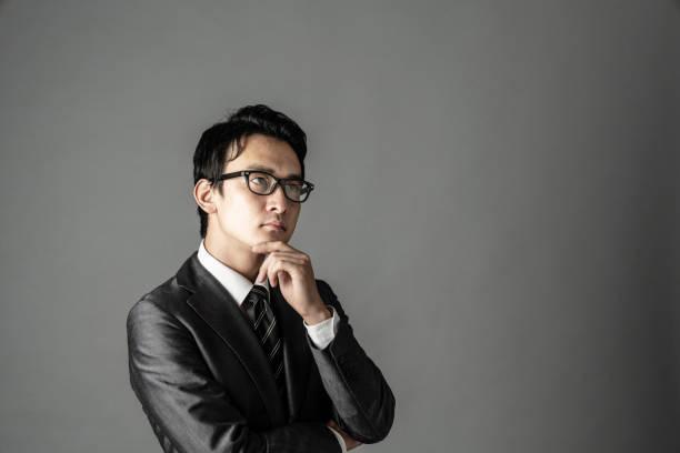 アジア系のビジネスマンの肖像画。 - 考える ストックフォトと画像
