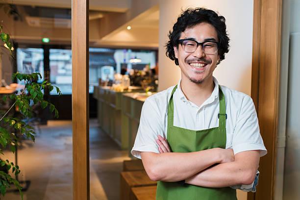 portrait of a barista in an apron - 吧 公共飲食地方 個照片及圖片檔