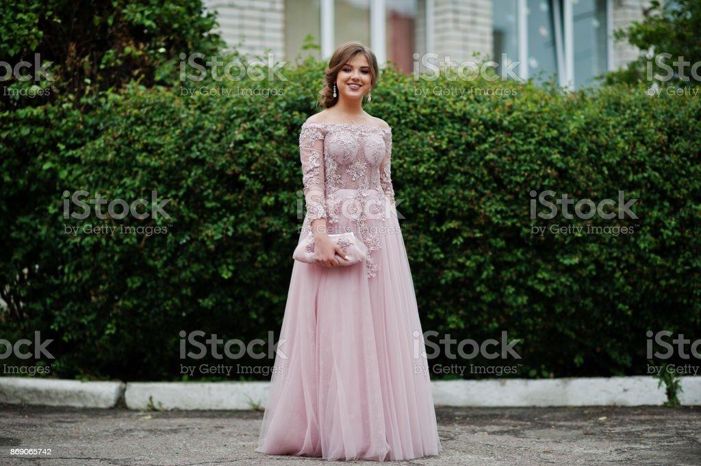 Porträt eines Mädchens schön und sanft im eleganten Kleid posiert im Freien. – Foto