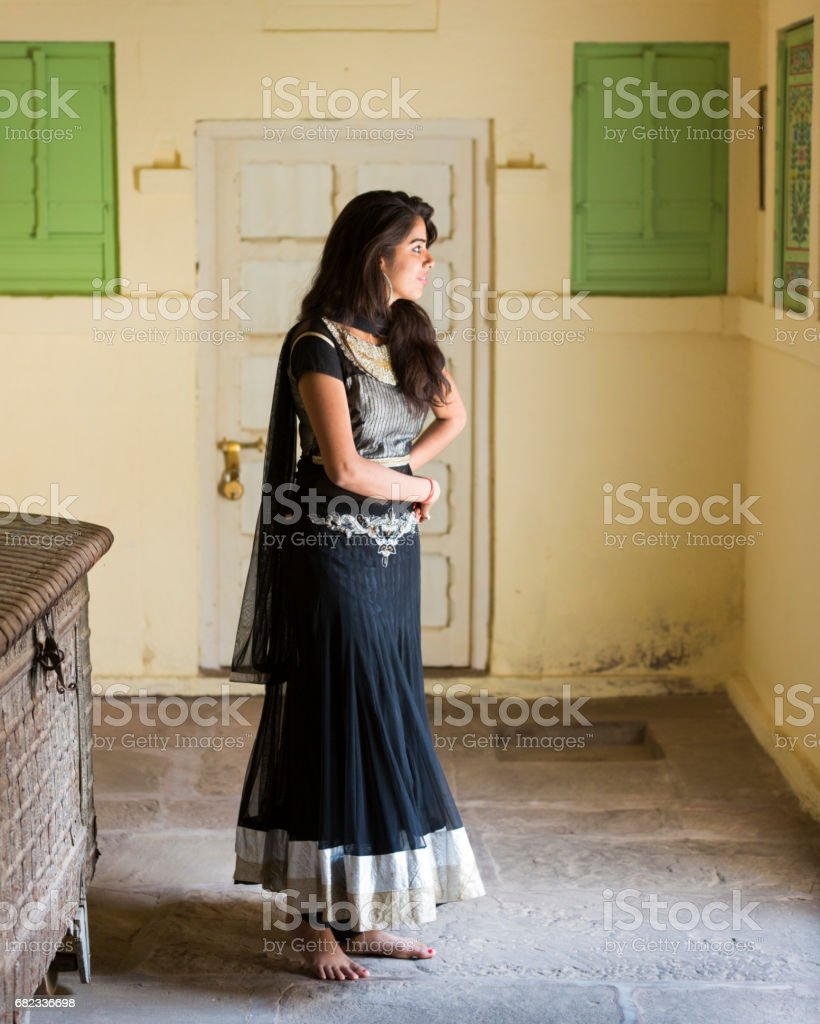 Portret van een mooi en gelukkig Indiase vrouw dragen van traditionele kleding. royalty free stockfoto