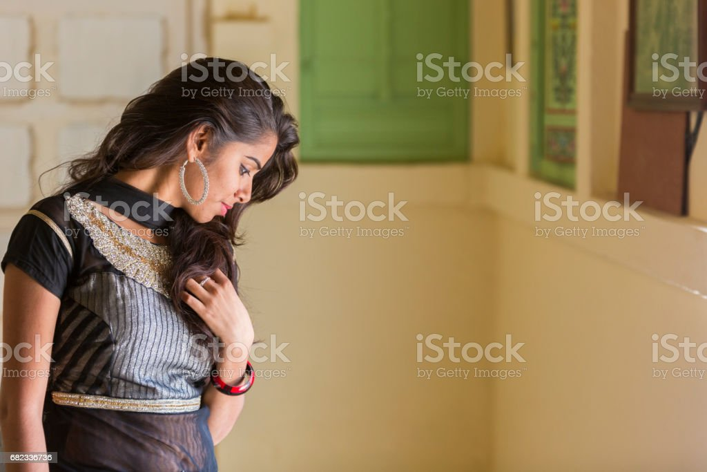 Portrait of a beautiful and happy Indian woman, wearing traditional clothes. foto stock royalty-free