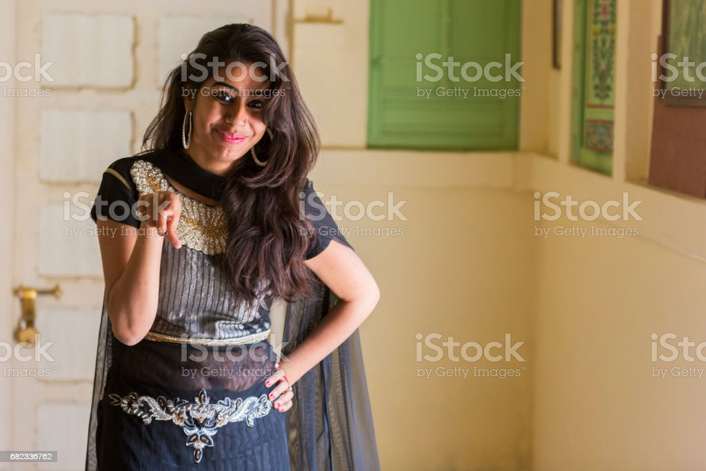 Portrait of a beautiful and happy Indian woman wearing traditional clothes. foto stock royalty-free